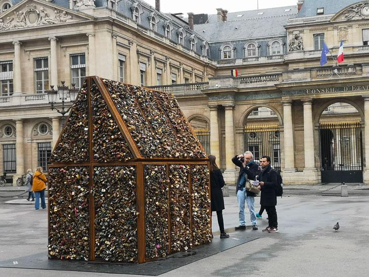 Sculpture de Carmen Mariscal avec les cadenas des ponts de Paris.