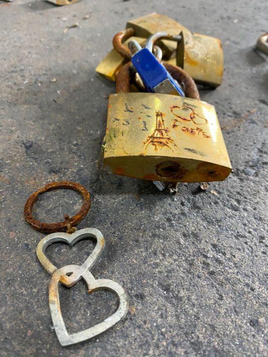 Sculpture de Carmen Mariscal avec les cadenas des ponts de Paris