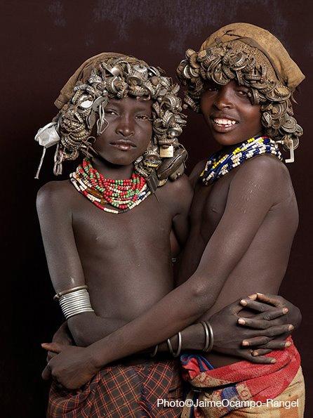 Les peuples originaux du monde photographiés par Jaime Ocampo R. forment un arc-en-ciel