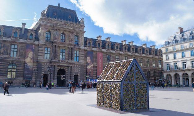 Escultura de Carmen Mariscal con los candados de los puentes de París