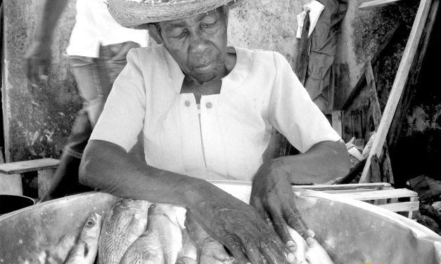 """""""Las Platoneras"""" de Buenaventura (Colombie) parcourent la ville en vendant leurs produits"""